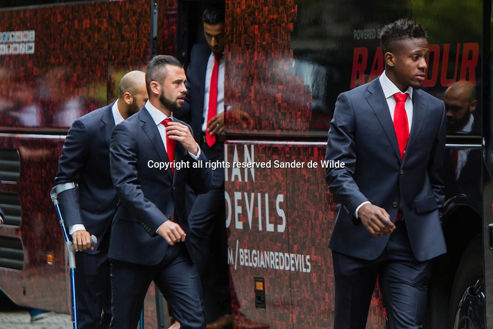 Steven Defour, Anthony Vanden Borre en Divock Origi bij het verlaten van de bus. Rode Duivels ontvangst op het Koninklijk Paleis door koning Filip en koningin Mathilde.