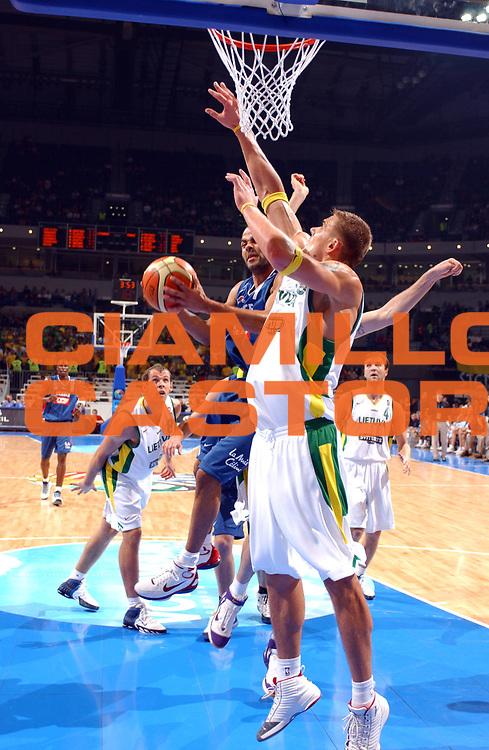 DESCRIZIONE : Belgrado Belgrade Eurobasket Men 2005 Francia-Lituania<br /> GIOCATORE : Parker<br /> SQUADRA : Francia France<br /> EVENTO : Eurobasket Men 2005 Campionati Europei Uomini 2005<br /> GARA : Francia Lituania France Lithuania<br /> DATA : 22/09/2005<br /> CATEGORIA :<br /> SPORT : Pallacanestro<br /> AUTORE : Ciamillo&amp;Castoria/Fiba Europe Pool<br /> Galleria : Eurobasket Men 2005<br /> Fotonotizia : Eurobasket Men 2005 Francia Lituania France Lithuania<br /> Predefinita :