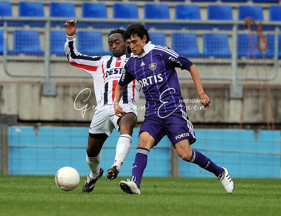 27-03-2009 Voetbal:Willem II:RSC Anderlecht:Tilburg<br /> Matias Suarez in duel met Kiki Musampa<br /> Foto: Geert van Erven