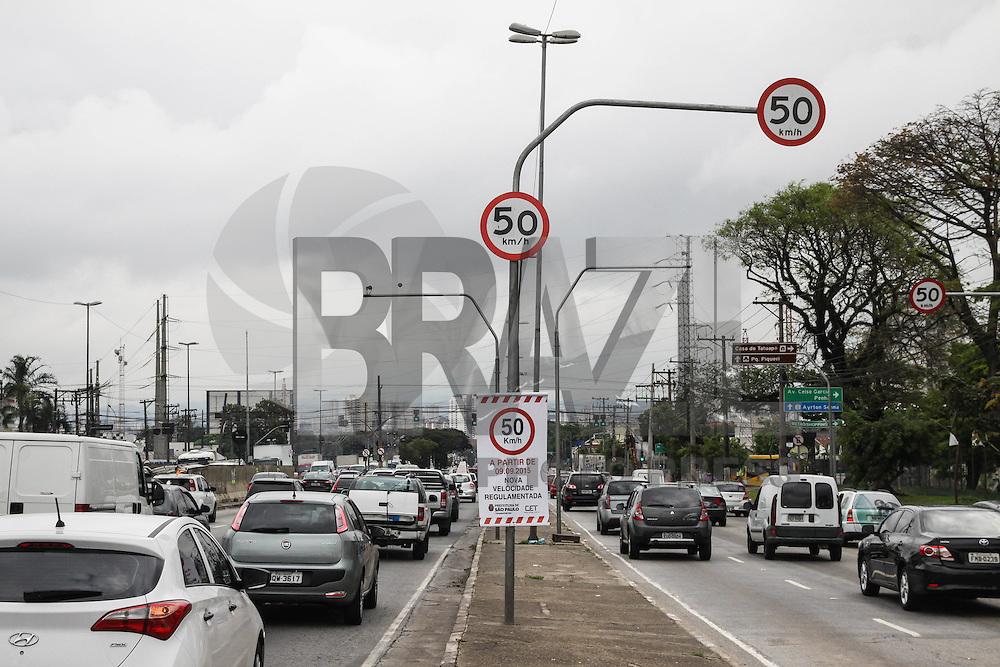 SÃO PAULO, SP, 09.09.2015 – TRÂNSITO-SP - Placas são vistas indicando que partir de hoje será reduzida a velocidade de 60km/h para 50km/h, na Av Salim Farah Maluf região leste de São Paulo na tarde desta quarta-feira 09. (Foto: Marcos Moraes / Brazil Photo Press)