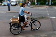 In Utrecht rijdt een vrouw op een aangepaste driewieler.<br /> <br /> In Utrecht a woman rides a special trike.