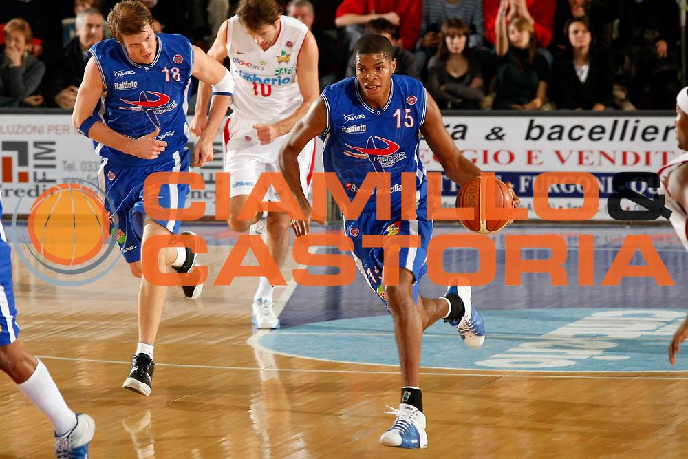 DESCRIZIONE : Varese Lega A1 2007-08 Cimberio Varese Pierrel Capo Orlando<br /> GIOCATORE : Tamar Slay<br /> SQUADRA : Pierrel Capo Orlando<br /> EVENTO : Campionato Lega A1 2007-2008<br /> GARA : Cimberio Varese Pierrel Capo Orlando<br /> DATA : 27/12/2007<br /> CATEGORIA : Palleggio<br /> SPORT : Pallacanestro<br /> AUTORE : Agenzia Ciamillo-Castoria/G.Cottini