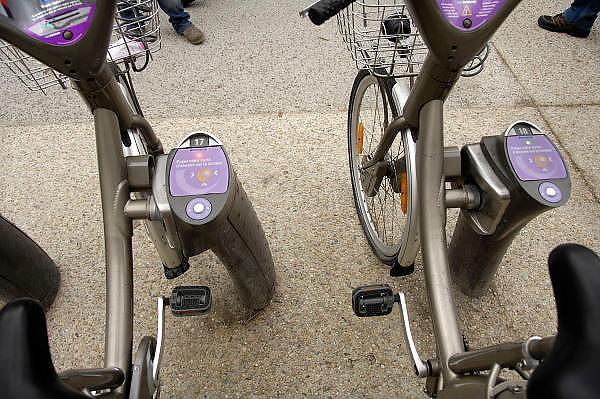 Frankrijk, Parijs, 28-3-2010Velib fietsen huren in Parijs. Er worden duizenden fietsen aangeboden op vele plaatsen in de stad. 24 uur per dag 7 dagen perweek kan men via een identificatie chipkaart overal een fiets pakken en elders bij een volgende stalling weer neer zetten. De stations staan zo'n 300 meter uit elkaar. Velib is a Self Service bike hire system available 24 hours a day, 7 days a week. Multi pick up and drop off location allows you to pick up your bike from one service point and drop off to an other.Foto: Flip Franssen/Hollandse Hoogte