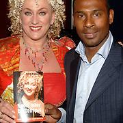 """NLD/Amsterdam/20060427 - Boekpresentatie Karin Bloemen """"Nooit meer buitenspel"""", uitgereikt aan Aaron Winter"""