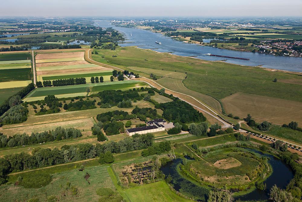 Nederland, Gelderland, Gemeente Brakel, 08-07-2010; Buitenpolder Het Munnikeland, rechts de Waal en Batterij Brakel in de voorgrond. In het kader van het programma Ruimte voor de Rivier zijn er plannen om de polder weer als komgebied te gaan gebruiken voor de opvang van water bij hoge waterstanden. De Waalkade (re) wordt verlaagd.  Er komt een nieuwe dijk, haaks op de Waaldijk (parallel aan Den Nieuwendijk (onder in beeld, met bomen, beginnend bij de batterij)..Polder Munnikenland, left the Afgedamde Maas (meuse), river Waal (right). Brakel battery in the foreground. Under the program 'space for the river', there are plans to use the polder as retaining basin during high water.  The height of the dike of the river Waal (right) will be reduced..luchtfoto (toeslag), aerial photo (additional fee required).foto/photo Siebe Swar