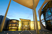 Berlin bei Nacht, Dämmerung..Paul-Löbe-Haus  (Bundestag) an der Spree bei Dämmerung