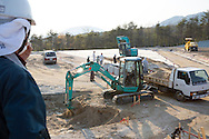 Arbete med sanering av radioaktiv jord i byn Shidamyo. Fukushima Prefektur, Japan<br />