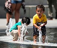 8月29日,在美国加利福尼亚州洛杉矶,小孩在公园内的喷泉旁戏水。当日,由于南加州迎来一股热浪,洛杉矶地区的气温高于正常水平18度,许多地区气温将直逼100℉以上。破纪录高的气温将持续至周末,加州能源部敦促民众要自发节省用电。新华社发 (赵汉荣摄)<br /> Children cool down at the Grand Park fountain on Tuesday, August 29, 2017, in Los Angeles, the United States.  Record-breaking heat will persist across Southern California Tuesday, with Los Angeles County temperatures up to 18 degrees above normal, and forecasters issued a heat advisory for the Los Angeles County coast. California energy authorities urged voluntary conservation of electricity Tuesday as a wave of triple-digit heat strained the state's power grid. (Xinhua/Zhao Hanrong)(Photo by Ringo Chiu)<br /> <br /> Usage Notes: This content is intended for editorial use only. For other uses, additional clearances may be required.