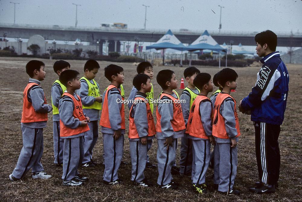 Football in south korea///Football en coree du sud///teacher and schoolchildren ; football training along the Han river  Séoul  Korea   enfants et professeur. entrainement au football le long de la rivière HAN  Séoul  coree  ///R20136/    L0006923  /  P105227