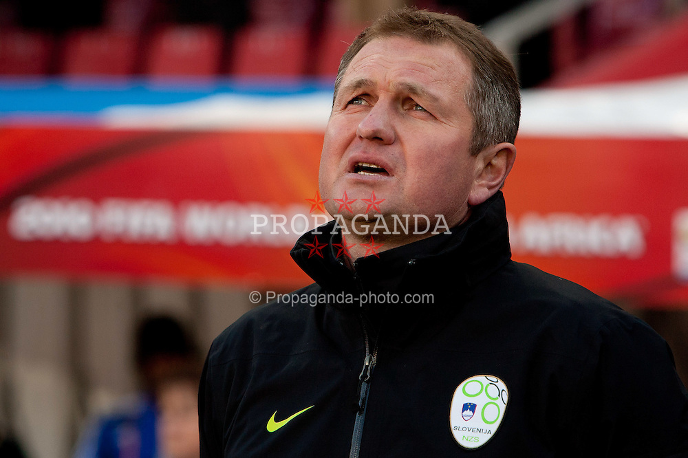 18.01.2010, Ellis Park Stadium, Johannesburg, RSA, FIFA WM 2010, Slovenia (SLO) vs United states of America (USA), im Bild Head coach of Slovenia Matjaz Kek singing national anthem. EXPA Pictures © 2010, PhotoCredit: EXPA/ Sportida/ Vid Ponikvar
