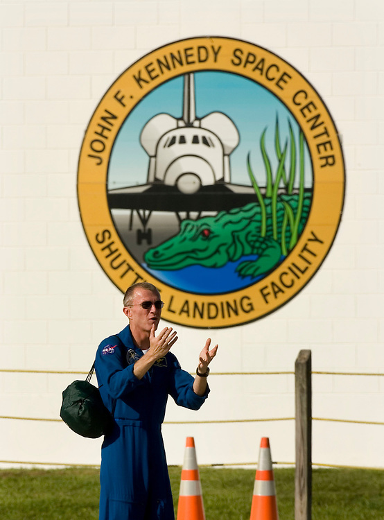 Space Shuttle Atlantis commander Brent Jett gestures to crowd gathered on the tarmac after arriving for dress rehearsal in Cape Canaveral, Fla. on August 7, 2006. MacLean will command Space Shuttle Atlantis on its upcoming mission to International Space Station. REUTERS/Scott Audette (UNITED STATES)