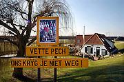 Nederland, Nijmegen, Lent, 13-3-2006..Protest van bewoners tegen de voorgenomen dijkverlegging, verlegging van de dijk, teruglegging, om de rivier de Waal in de scherpe bocht bij Nijmegen meer ruimte te geven. Een deel van het dorp, met name de dijkhuizen zouden moeten verdwijnen. De bewoners hebben een alternatief plan, een extra diepe geul in de bestaande rivierloop, waar een kamerdelegatie onlangs welwillend tegenover stond. Staatssecretaris Melanie Schultz moet hier binnenkort een beslissing over nemen. Waterhuishouding, gevaar bij hoogwater, waterafvoer...Foto: Flip Franssen