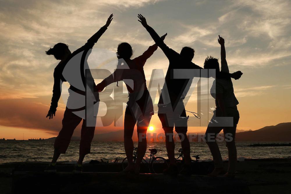 VANCOUVER, CANADÁ, 03.07.2015 - CLIMA-CANADÁ - Jovens se divertem durante o Pôr-do-sol que é visto a partir da Sunset Beach em Vancouver no Canadá na noite de ontem quinta-feira, 02. (Foto: Vanessa Carvalho/Brazil Photo Press)