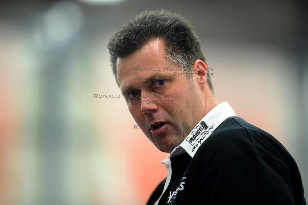 12-02-2011 VOLLEYBAL: AB GRONINGEN/LYCURGUS - DRAISMA DYNAMO: GRONINGEN<br /> In een bomvol Alfa-college Sportcentrum werd Dynamo met 3-2 (25-27, 23-25, 25-19, 25-23 en 16-14) verslagen door Lycurgus / Coach Ronald Zoodsma<br /> ©2011-WWW.FOTOHOOGENDOORN.NL