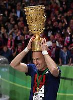 FUSSBALL  DFB POKAL FINALE  SAISON 2013/2014 Borussia Dortmund - FC Bayern Muenchen     17.05.2014 Arjen Robben (FC Bayern Muenchen)  jubelt mit dem DFB-Pokal