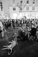 Lecce - Festeggiamenti in onore di Sant'Oronzo, San Giusto e San Fortunato. La Piazza è gremita di fedeli e spettatori che attendono il passaggio della statua del Santo.