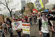 Manifestantes se desfilan frente a la sede del gobierno de Colorado. El 25 de mayo de 2013, centenares de personas salieron a las calles de Denver a manifestarse en contra de la corporacion Monsanto, productora de herbicidas y semillas geneticamente modificadas, entre otros.  Esta accion se realizoD en mas de 400 ciudades en mas de 50 paies alrededor del mundo. Photo: Graham Charles/Imagenes Libres.