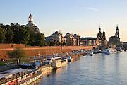 Blick über die Elbe auf barocke Altstadt, Brühlsche Terrasse, Frauenkirche, Schiffe Weiße Flotte, Dresden, Sachsen, Deutschland.|.Dresden, Germany, View on river Elbe and historic city of Dresden, Dresden