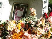 """Adornan las carreteras con su colorinche presencia, recordándonos que la muerte esta siempre ahí como parte del camino, un viaje con punto de partida pero sin arribo, ni retorno. desaparecidas las familias y amigos que les recuerden ya no se renueven sus colores, peluches, chiches y fotos; se desvanecen bajo el clima inclemente. Otras tienen más suerte; los camioneros tocan la bocina al pasar, piadosas señoras plantan árboles que los viajantes riegan, banderas de equipos futboleros recuerdan el club de los amores, manos que se persignan y para glorificar a las elegidas una que otra plaquita recordatoria """"gracias por favor concedido""""...De pequeño me preguntaba si el muerto estaría realmente enterrado ahí, al menos una parte lo esta; el abrir y cerrar de ojos, el golpe terrible, el ultimo suspiro, el dolor de familiares y amigos transformado en cariño para que todos los pasantes tengan presente a la muerte, su dolor, su recuerdo. Trabajo en Curso."""