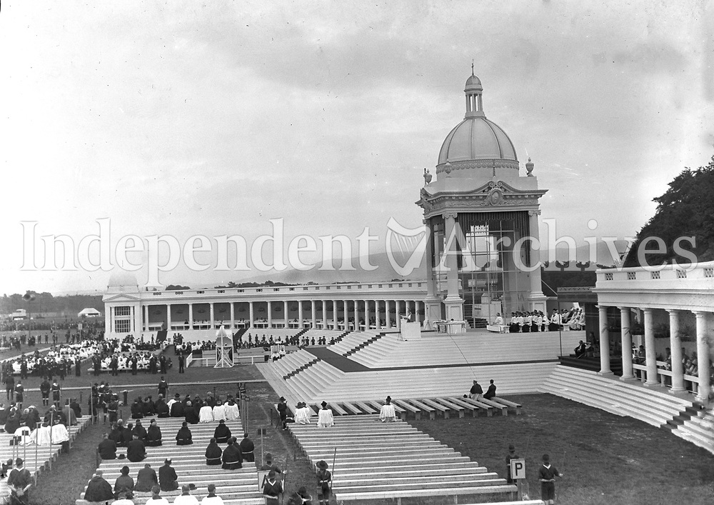 People starting to gather for at the High Altar for Mass at the Eucharistic Congress in the Phoenix Park in 1932.<br /> (Part of the Independent Newspapers Ireland/NLI collection.)