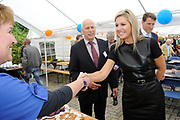 Prinses Máxima bezoekt Buurtvereniging Hoofdstraat-Noord in Gasselternijveen. Deze buurtvereniging organiseert verschillende sociale activiteiten rondom een cultuurhistorische perenbomenrij in de straat. In mei 2012 won de buurtvereniging een Appeltje van Oranje. ///// Princess Máxima visits the neighborhood association in Gasselternijveen. This neighborhood association organizes various social activities around a historic pear row of trees in the street. In May 2012 won the neighborhood association Apple of Orange.<br />