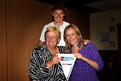20-09-2008 REPORTAGE: AFTRAP KILIMANJARO CHALLENGE: ZOETERMEER<br /> Erica Terpstra deed vandaag de aftrap voor de Kilimanjato expeditie van  de Bas van Goor Foundation. Dit deed ze door middel een sponsorvaantje te overhandigen aan Inge Schreurs Jonkeren<br /> &copy;2008-WWW.FOTOHOOGENDOORN.NL