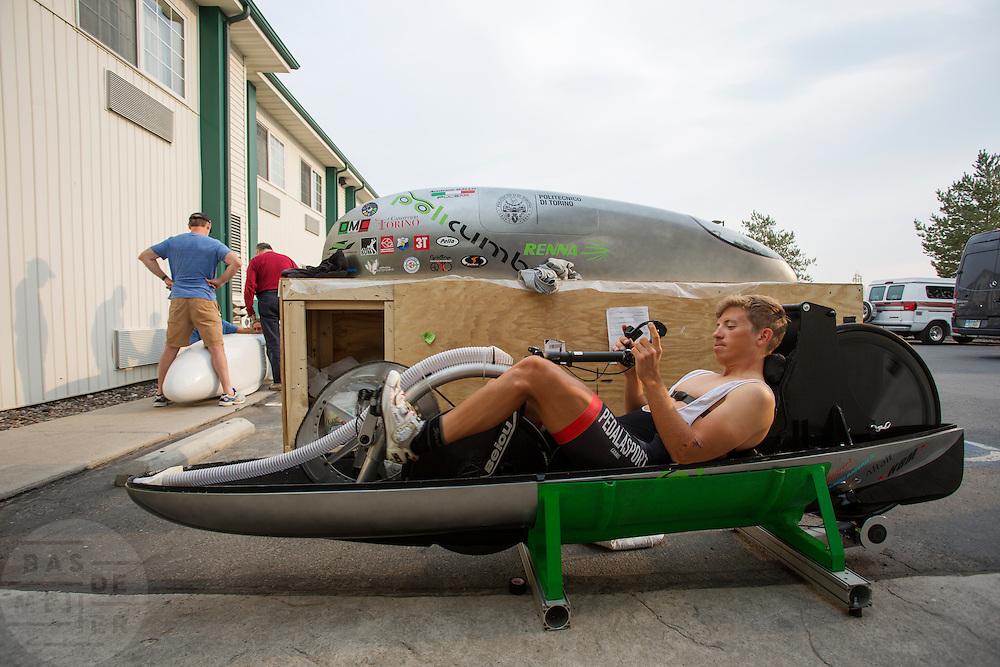 De technische keuring. In Battle Mountain (Nevada) wordt ieder jaar de World Human Powered Speed Challenge gehouden. Tijdens deze wedstrijd wordt geprobeerd zo hard mogelijk te fietsen op pure menskracht. Ze halen snelheden tot 133 km/h. De deelnemers bestaan zowel uit teams van universiteiten als uit hobbyisten. Met de gestroomlijnde fietsen willen ze laten zien wat mogelijk is met menskracht. De speciale ligfietsen kunnen gezien worden als de Formule 1 van het fietsen. De kennis die wordt opgedaan wordt ook gebruikt om duurzaam vervoer verder te ontwikkelen.<br /> <br /> Technical inspection of the bikes prior to the races. In Battle Mountain (Nevada) each year the World Human Powered Speed Challenge is held. During this race they try to ride on pure manpower as hard as possible. Speeds up to 133 km/h are reached. The participants consist of both teams from universities and from hobbyists. With the sleek bikes they want to show what is possible with human power. The special recumbent bicycles can be seen as the Formula 1 of the bicycle. The knowledge gained is also used to develop sustainable transport.