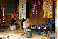 Indonesie. Flores. Pays Ngada. Village de Bena. Region de Bajawa.Tissage des Ikats. // Indonesia. Flores. Ngada country, village of Bena. Bajawa area. Weaving Ikat.