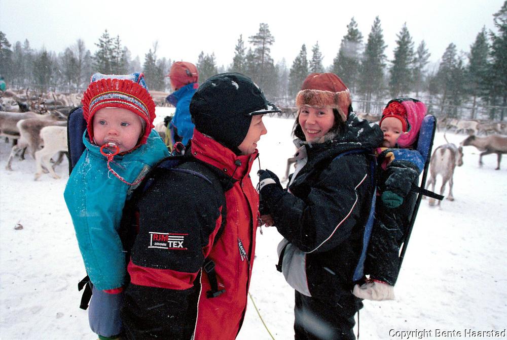 Hanne Lena t.h. og Eva Wilks, slakting Sn&aring;sa. HLs unger, Gunnilla (2) og Neila Issat (11 mnd)<br /> fuji 800