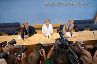 21 JUL 2010, BERLIN/GERMANY:<br /> Ulrich Wilhelm (L), Regierungssprecher, Angela Merkel (M), CDU, Bundeskanzlerin, Werner Goessling (R), BPK, und Fotografen, Kameraleute, vor Beginn der Pressekonferenz vor der Sommerpause, Bundespressekonferenz<br /> IMAGE: 20100721-02-007<br /> KEYWORDS: Kamera, Camera, Werner Gößling