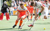 AMSTELVEEN -  Bob de Voogd (Ned) met Manu Stockbroekx (Bel.)  tijdens de finale Belgie-Nederland (2-4) bij de Rabo EuroHockey Championships 2017.   COPYRIGHT KOEN SUYK