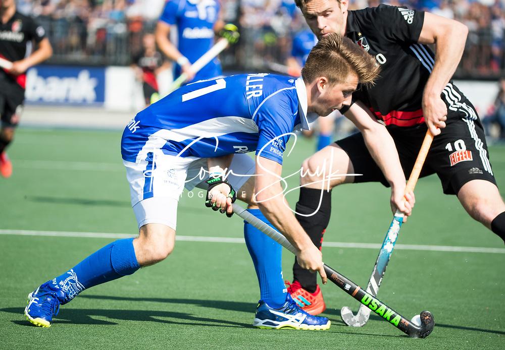 UTRECHT -  Teun Kropholler (kampong) met Mirco Pruyser (A'dam)  tijdens   de finale van de play-offs om de landtitel tussen de heren van Kampong en Amsterdam (3-1). Kampong kampioen van Nederland. COPYRIGHT  KOEN SUYK
