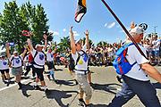 Nederland, Nijmegen, 21-7-2017Intocht van de wandelaars in Nijmegen op de vierde dag van de 101e 4Daagse . Het vierdaagselegioen loopt over de Via Gladiola Nijmegen binnen.  Na een feestelijke intocht volgt de uiteindelijke finish en het ophalen van het kruisje, vierdaagsekruisje, op de Wedren. Iedere deelnemer krijgt een bloem, gladiool, uitgerijkt. Foto: Flip Franssen