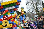 Nederland, Beek, Berg en Dal, 27-2-2017 Traditiegetrouw vindt in dit dorp bij Nijmegen en tegen de grens met Duitsland de Rozenmoandag carnavalsoptocht plaats. Alle wagens, praalwagens, carnavalswagens uit de regio komen dan langs want het is de enige optocht. Een wagen met legoblokjes, lego .Foto: Flip Franssen