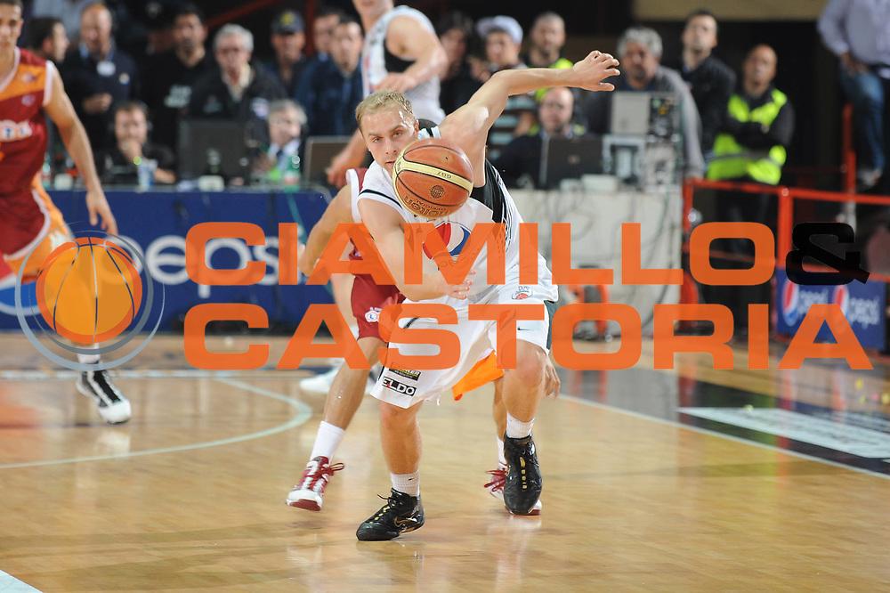 DESCRIZIONE : Caserta Lega A 2009-10 Playoff Quarti di Finale Gara 1 Pepsi Caserta Lottomatica Virtus Roma<br /> GIOCATORE : Lukasz Koszarek<br /> SQUADRA : Pepsi Caserta Lottomatica Virtus Roma<br /> EVENTO : Campionato Lega A 2009-2010 <br /> GARA : Pepsi Caserta Lottomatica Virtus Roma<br /> DATA : 21/05/2010<br /> CATEGORIA : Equilibrio<br /> SPORT : Pallacanestro <br /> AUTORE : Agenzia Ciamillo-Castoria/GiulioCiamillo<br /> Galleria : Lega Basket A 2009-2010 <br /> Fotonotizia : Caserta Lega A 2009-10 Playoff Quarti di Finale Gara 1 Pepsi Caserta Lottomatica Virtus Roma<br /> Predefinita :