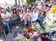 8月29日,歌迷在美国好莱坞星光大道悼念胡安&middot;加布里埃尔。拉丁美洲歌坛泰斗,墨西哥籍传奇歌手胡安&middot;加布里埃尔, 于周日在他洛杉矶家中因心脏病发死,亨年66岁。新华社发(赵汉荣 摄) <br /> People gather at the Hollywood Walk of Fame star of legendary Mexican singer Juan Gabriel in Los Angeles, California, the United States, on Monday, August 29, 2016.  Gabriel who was an icon in the Latin music world, died Sunday at his home in Los Angeles at age 66. (Xinhua/Zhao Hanrong)(Photo by Ringo Chiu/PHOTOFORMULA.com)<br /> <br /> Usage Notes: This content is intended for editorial use only. For other uses, additional clearances may be required.