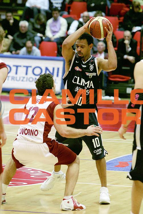 DESCRIZIONE : Livorno Lega A1 2005-06 Basket Livorno Climamio Fortitudo Bologna<br /> GIOCATORE : Garris<br /> SQUADRA : Climamio Fortitudo Bologna<br /> EVENTO : Campionato Lega A1 2005-2006<br /> GARA : Basket Livorno Climamio Fortitudo Bologna<br /> DATA : 26/02/2006<br /> CATEGORIA : Passaggio<br /> SPORT : Pallacanestro<br /> AUTORE : Agenzia Ciamillo-Castoria/Stefano D'Errico