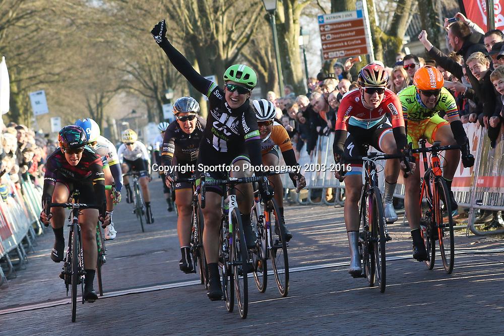 13-03-2016: Wielrennen: Acht van Dwingeloo: Dwingeloo <br />DWINGELOO (NED) wielrennen  <br />Leah Kirchmann heeft de Drentse 8 van Westerveld gewonnen. De renster van Liv-Plantur toonde zich in Dwingeloo de snelste van een kopgroep van dertien. Christine Majerus eindigde als tweede, Anouska Koster als derde. Deze wedstrijd was de eerste van de Centric Clubcompetitie van de KNWU.