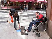 Gatumusikant som spelar med fötterna på Drottninggatan.