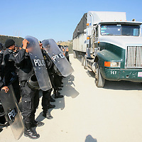 Xonacatlan, Mex.- Granaderos de la policia estatal resguradan el acceso al relleno sanitario en la comunidad de San Miguel Mimiapan, donde la noche de ayer fueron desalojadas las personas que rechazan la operación del basurero y mantuvieron bloqueado el paso a camiones con desperdicios, del enfrentamiento resultaron al menos 15 personas detenidas que fueron trasladadas a la procuraduría de justicia. Agencia MVT / Mario Vazquez de la Torre. (DIGITAL)<br /> <br /> <br /> <br /> NO ARCHIVAR - NO ARCHIVE