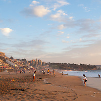 Playa de Reñaca. Reñaca es una localidad chilena ubicada al norte de la comuna de Viña del Mar, en la Región de Valparaíso. Principalmente turístico y residencial, es uno de los barrios más exclusivos dentro del Gran Valparaíso. Característico por su extensa playa y edificios escalonados en las laderas de los cerros, cada año se transforma en el epicentro de la diversión veraniega para porteños y visitantes. Reñaca is a Chilean locality located to the north of the Viña del Mar commune, in the Valparaíso Region. Mainly tourist and residential, it is one of the most exclusive neighborhoods within the Great Valparaíso. Characterized by its extensive beach and staggered buildings on the slopes of the hills, each year it becomes the epicenter of summer fun for porteños and visitors.