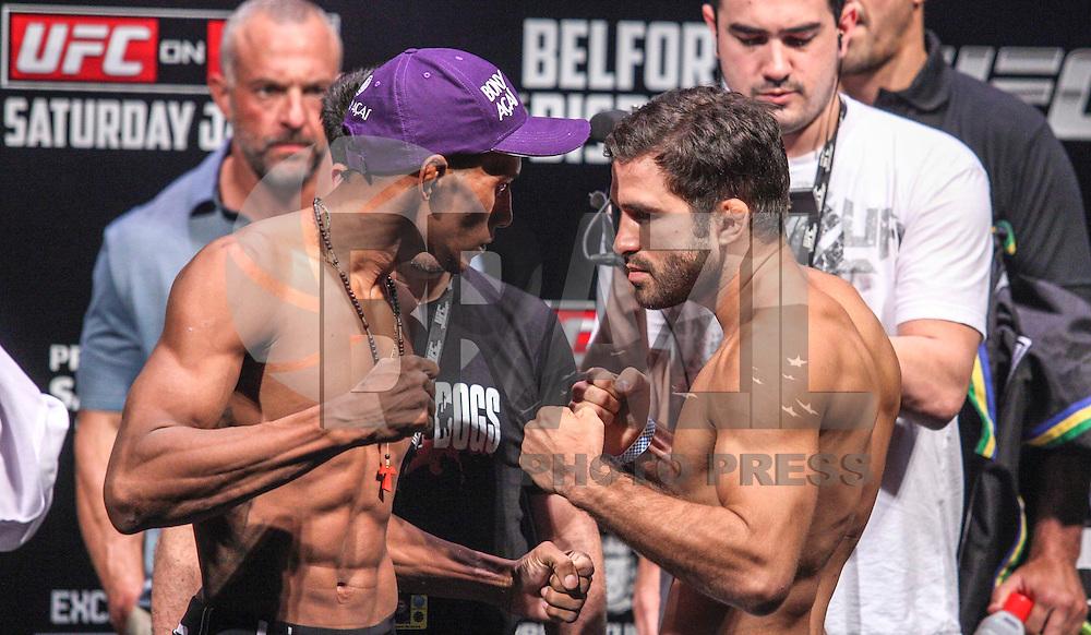 SAO PAULO, SP, 18 DE JANEIRO 2013 - PESAGEM UFC - Pedro Nobre (d)  e Iuri Marajó (e ) durante pesagem do UFC (Ultimate Fighting Champion) no Ginasio do Ibirapuera na tarde desta sexta-feira, a luta acontece amanha 19 janeiro no mesmo local. FOTO: VANESSA CARVALHO - BRAZIL PHOTO PRESS.
