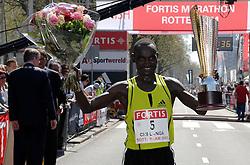 15-04-2007 ATLETIEK: FORTIS MARATHON: ROTTERDAM<br /> In Rotterdam werd zondag de 27e editie van de Marathon gehouden. De marathon werd rond de klok van 2 stilgelegd wegens de hitte en het grote aantal uitvallers / Joshua Chelanga wint de marathon in 2:08:19 <br /> ©2007-WWW.FOTOHOOGENDOORN.NL