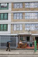 Bogota, Cundinamarca, Colombia - 23.09.2016        <br /> <br /> Poster of the campaign for the peace agreement between the Colombian government and the FARC in the windows of a house in Bogota. On 2nd October a peace referendum takes place about the end of the 52 years ongoing civil war between the marxist FARC-EP guerrilla and the government.<br /> <br /> Plakate der Kampagne fuer den Friedensvertrag zwischen der kolumbianischen Regierung und der FARC in den Fenstern eines Gebaeudes in Bogota. Am 02. Oktober findet eine Volksabstimmung &uuml;ber das Ende des seit 52 Jahren dauernden B&uuml;rgerkrieges zwischen der marxistischen FARC-EP Guerilla und der Regierung statt.<br /> <br /> Photo: Bjoern Kietzmann