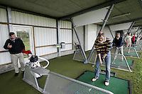 Golfpro Donald Armour geeft golfles bij AMSTELHOF Golfschool. Copyright Koen Suyk