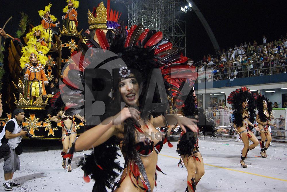 SÃO PAULO, SP, 13 DE FEVEREIRO DE 2010 - CARNAVAL 2010 SP / IMPÉRIO DE CASA VERDE - Desfile das escolas de samba de São Paulo do grupo especial, a sexta escola a entrar na avenida no segundo dia de desfiles é a Império de Casa Verde que traz no enredo Itu, fidelíssima terra de gigantes. No Sambódromo do Anhembi na região norte da capital paulista. FOTO: VANESSA CARVALHO / BRAZIL PHOTO PRESS