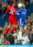 Fotball<br /> Premier League 2004/05<br /> Chelsea v Liverpool<br /> 3. oktober 2004<br /> Foto: Digitalsport<br /> NORWAY ONLY<br /> Eidur Gudjohnsen of Chelsea (R) beats Jamie Carragher in the air