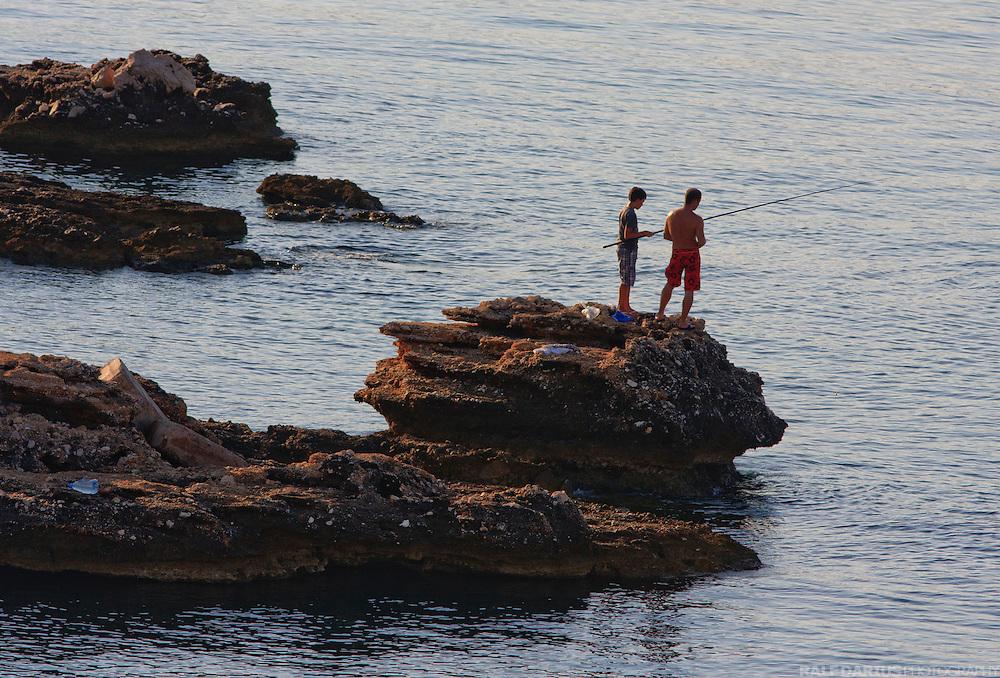EN: Tourists fishing near Stara Baska, Krk island, Croatia. --- DE: Touristen beim Angeln in der Nähe von Stara Baska auf Krk, Kroatien.