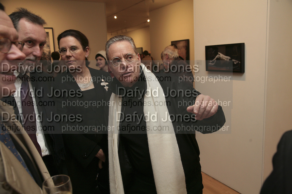 Yvonne Burt and Dan Burt . Soverign right by Paul Hodgson. Marlborough Gallery. 9 January 2007.  -DO NOT ARCHIVE-© Copyright Photograph by Dafydd Jones. 248 Clapham Rd. London SW9 0PZ. Tel 0207 820 0771. www.dafjones.com.
