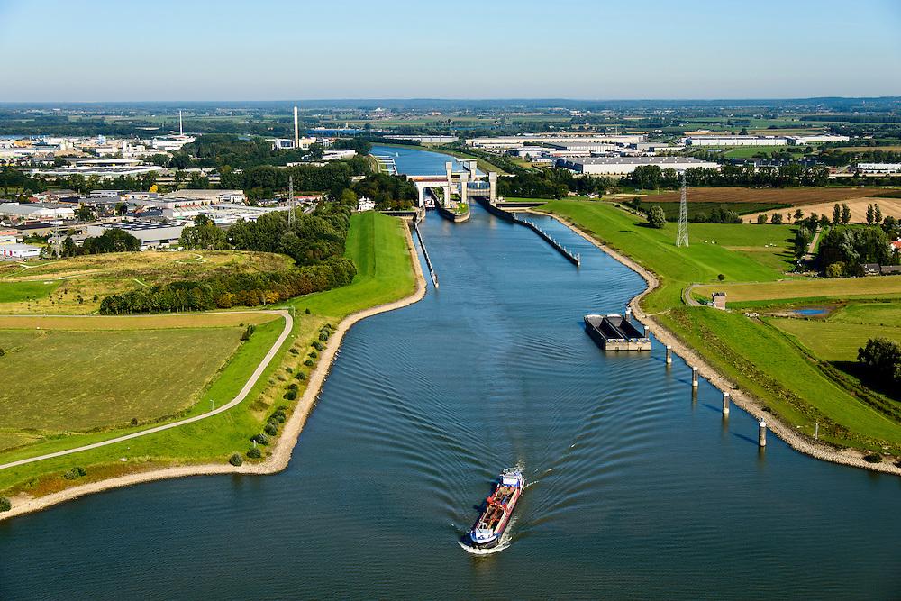 Nederland, Gelderland, Tiel, 30-09-2015; rivier de Waal, ingang Amsterdam-Rijnkanaal bij Tiel. Aanleg langsdammen en kribverlaging. Door de Ruimte voor de Rivier-maatregelen wordt het water bij hoogwater sneller afgevoerd. <br /> The groynes are decreased in height and  longitudinal dams are build. This Room for the River program allows for high waters to be drained more quiclky.<br /> <br /> luchtfoto (toeslag op standard tarieven);<br /> aerial photo (additional fee required);<br /> copyright foto/photo Siebe Swart